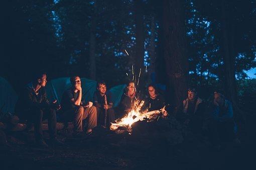 écouter de la musique au coin d'un feu