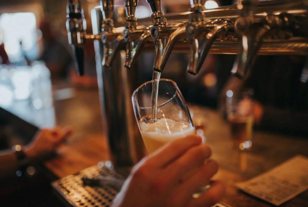 La bière coule à flot dans les bars anglais